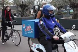 Domino's scooter 'roept' mmm Lekker