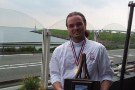 Instellingskok Alex Minderhoud wint Aspergewedstrijd