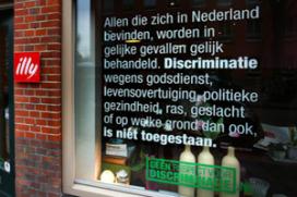 Restaurant met artikel 1 Grondwet op raam gesloten
