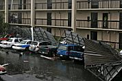 Hilton zet orkaanslachtoffers Katrina op straat