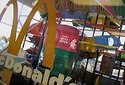 Kinderen gymen bij McDonald's