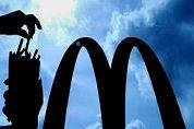 McDonald's-personeel mept klanten neer