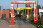 Auto vernield bij McDrive