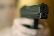 Politie schiet horecamedewerker in been