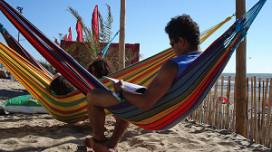 File bij strandtenten door zon