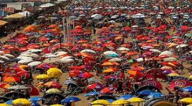 Paviljoens scoren met bomvolle stranden