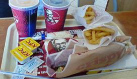 KFC-hulp spuugt en plast in eten agent