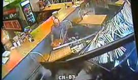 Auto schept restaurantgast (+video)
