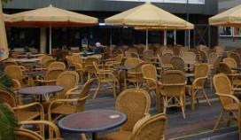 Café naar rechter om terrasmeubilair