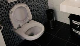 Gast stoort zich aan vieze wc
