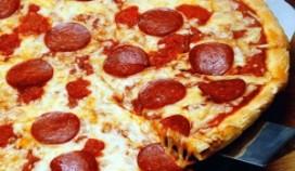 Pizzakoerier gebruikt pizza als wapen