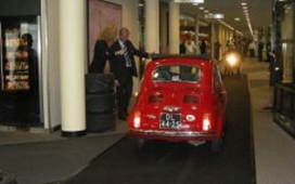 Met auto dwars door hotel