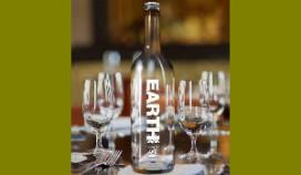Vinkeles schenkt eerste fles goede doelen water