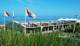 Hotels van Oranje bedient gast óp het strand