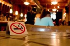 Verbied roken in kleine cafés