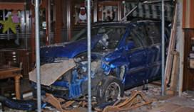 Auto rijdt wegrestaurant in: bezoekers gewond