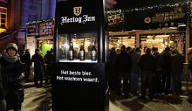 Glazen huis krijgt bezoek van glazen Hertog Jan-koelkast