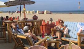 Drukke dag op strandterrassen