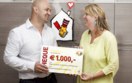Ronald McDonald krijgt 1000 euro toegezongen