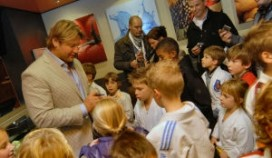 Judokampioen Dennis van de Geest bakt frites bij 't Vosje