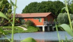Drijvend hotel geplaatst langs A6