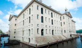 Scheepvaartmuseum in zee met vier cateraars