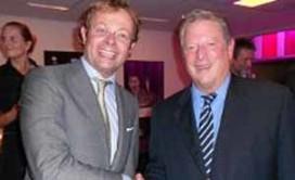 Chris Luken en Benoit Wesly praten met Al Gore