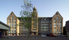 Lloyd Hotel aast op brugwachtershuisjes