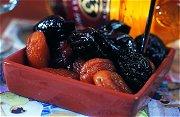 Pruimen en abrikozen in rode wijn
