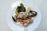 Zeevruchten salade met citroensaus