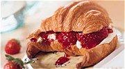 Croissantje met mascarpone en aardbeien