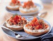 Bagel met tonijn en tomaat