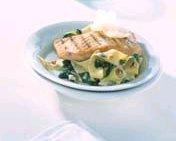 Brede lintpasta met spinazie en geroosterde zalmfilet