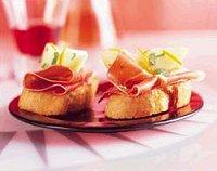 Crostini met rauwe ham en gemarineerde peer