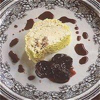 Brie in een mantel van groene kool met pruimen