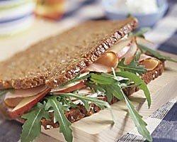 Duitse roggebroodsandwich met appel en casselerrib