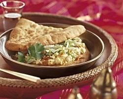 Indiaas naanbroodje met ei en currysaus