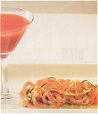 Cocktail van meloen en tomaat met een groentenspaghetti