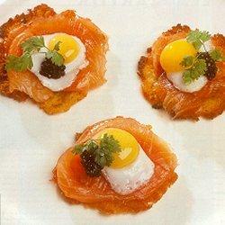 Aardappelflensjes met gerookte zalm en spiegeleitjes (Frans)