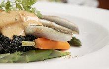 Zeebaars met risotto nero en Hollandaise saus
