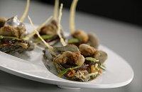 Krokante wilde Bretonse oesters met gemarineerde tonijn op Oriëntaalse wijze