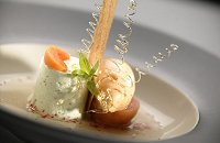 Pistacheparfait met geweckte abrikoos en roze pepersorbet