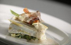 Gegrilde heilbot met stamppot van andijvie, pancettaspek en romige kreeftensaus