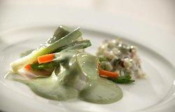 Gepocheerde scholfilet met schuimige dragonsaus en warme aardappelsalade