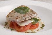 Gegrilde tonijn op tomatensalade