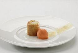 Warm taartje van witte chocolade met sorbet van bospeen en lauriersiroop (Niven Kunz)