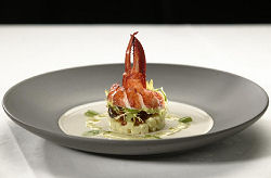 Salade met canadese kreeft, rosevalaardappel, krokante serranoham en pesto (Hans Kinkartz)