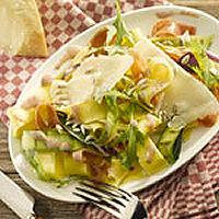 Pastasalade met rauwe ham, gegrilde courgette, rucola en zonnebloempitten