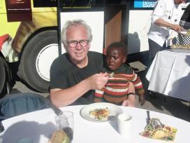 Topkoks in tranen om hongerige weeskinderen