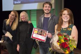Brecht trots op binnenkomst op 57
